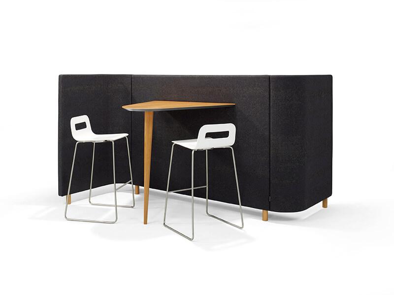 SVING05 Red Stitch Olav de Boer innovatief meubel loungebank overlegplek barkrukken 1 poots wandtafel hout zwart
